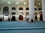 Ruang solat yang luas dan berbumbung tinggi ini menyediakan suasana ibadah yang mententeramkan jiwa.