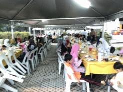 Makanan untuk Iftar telah siap sedia terhidang di atas meja dan para jemaah tidak perlu berbaris untuk mendapatkan hidangan.