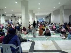 Iftar jamaei di ruang serba guna bawah masjid.