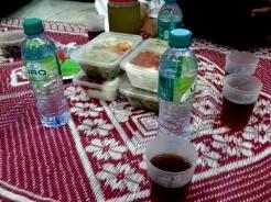 Makanan yang telah siap dipekkan dan dihidangkan mengikut kumpulan seramai 4 orang.