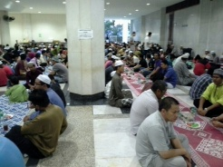 Ruang makan untuk jemaah lelaki.