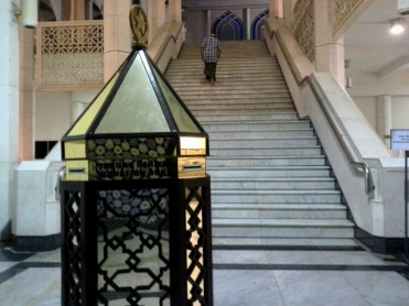 Tangga utama dari tempat berwudhu' dan tandas.