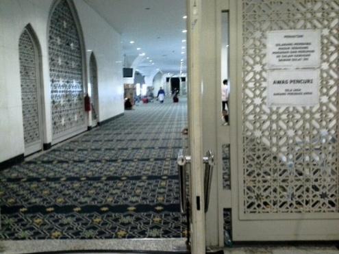 Ruang solat bahagian bawah masjid.