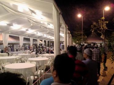 Berbaris untuk mengambil makanan selepas solat Maghrib.