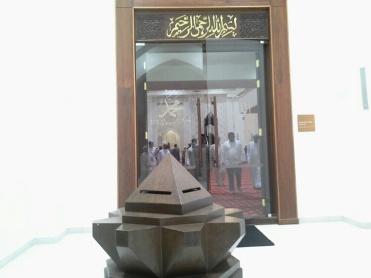 Pintu masuk utama ke dewan solat MTAJ